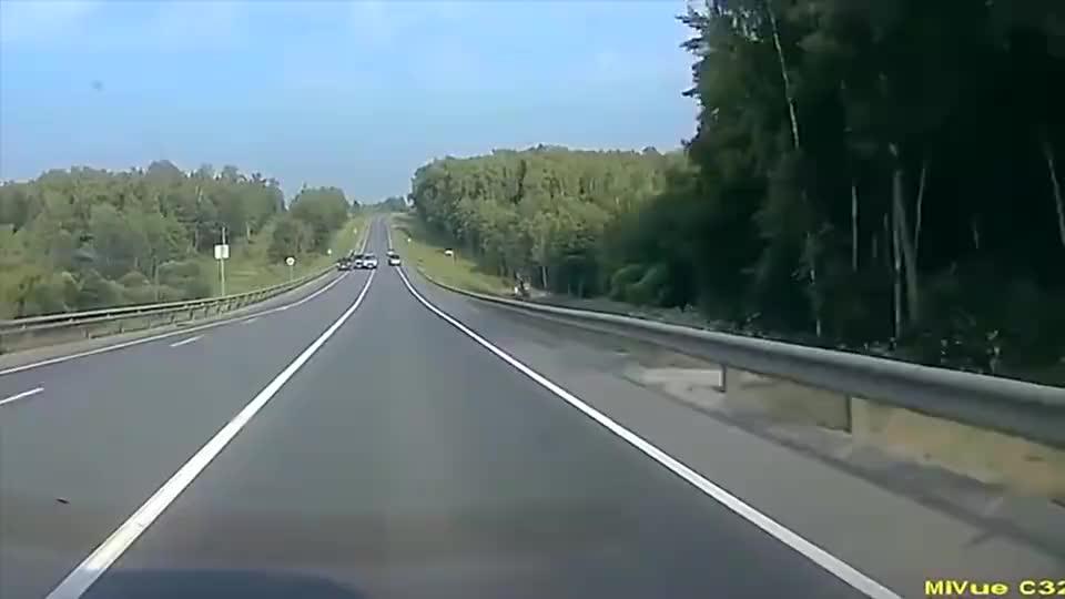 国外车祸集锦,面对空中飞过来的车子,老司机也没招啊