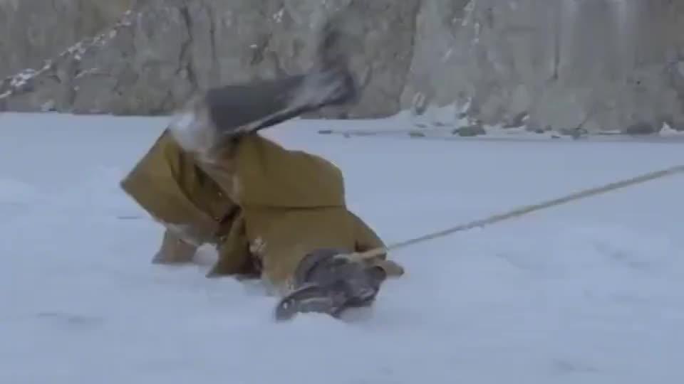 雪地娘子军:美女扔过去炮仗,杨凯楠用枪引爆它,炸了鬼子军火库