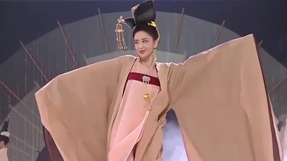 哈妮克孜表演《一梦敦煌》,美的太惊艳了,台下鞠婧祎不乐意了
