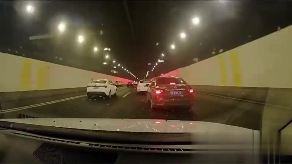 交通事故合集:无视老司机点刹提醒,连环追尾只怪车技太逊