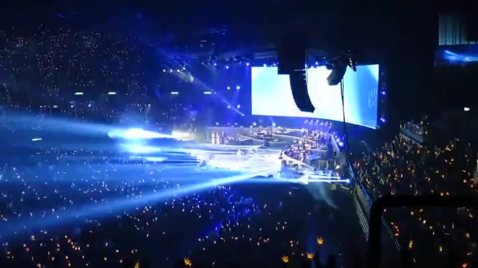 谭咏麟演唱会台上演唱,突然郭富城热舞上台