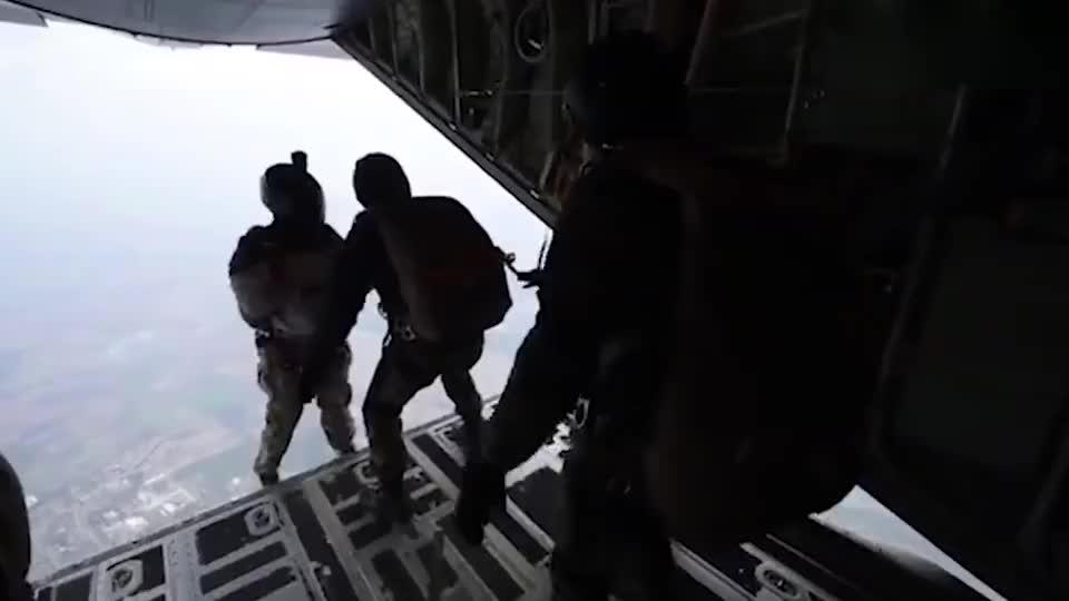 美军特种兵高空跳伞训练