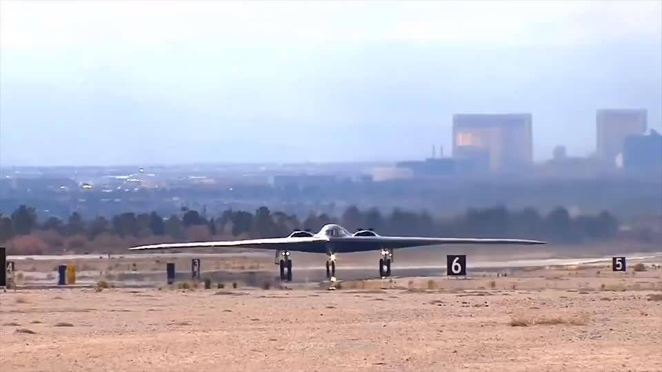 美国B-2隐形战略轰炸机起飞