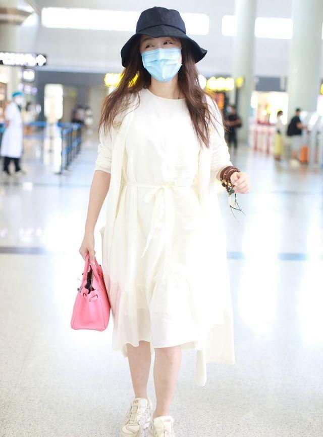 女演员娄艺潇现身,穿针织开衫内搭小白裙,戴渔夫帽温柔自然