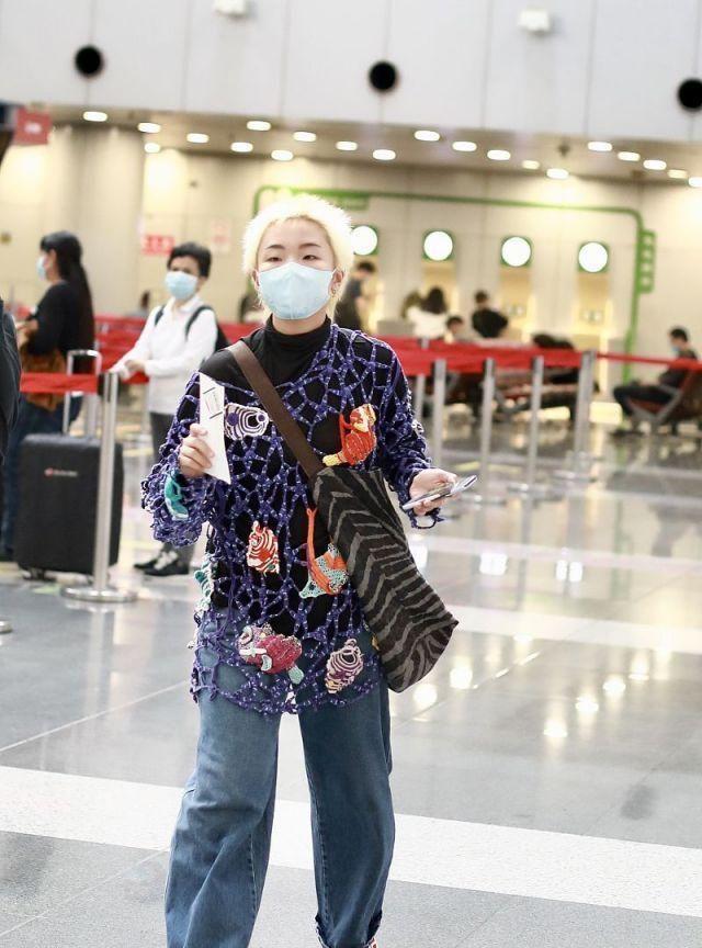 《青你2》人气选手张钰镂空贴布渔网服超吸睛,一头白发机场亮相