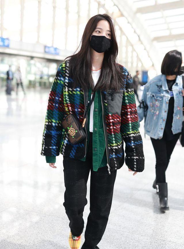 发质真好!欧阳娜娜背小乌龟挎包十分可爱,穿格子外套造型时髦