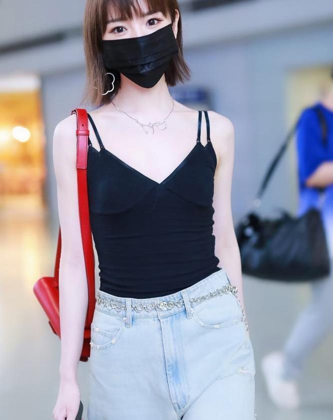 毛晓彤太会穿,吊带叠内衣时髦显瘦,配牛仔裤163身高也显腿长