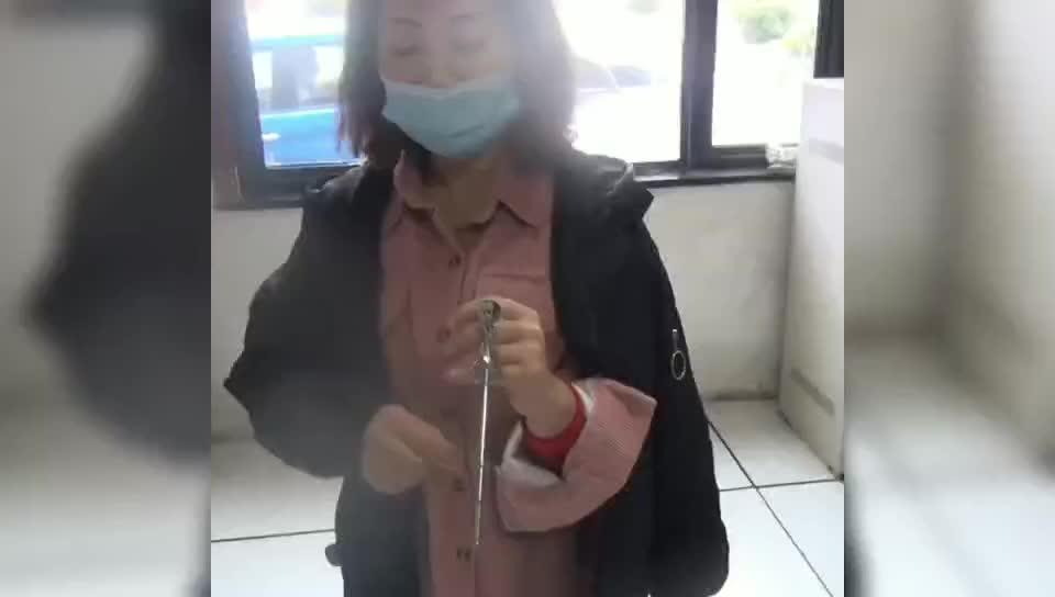 女子被打蛋神器卡住手,求助消防员