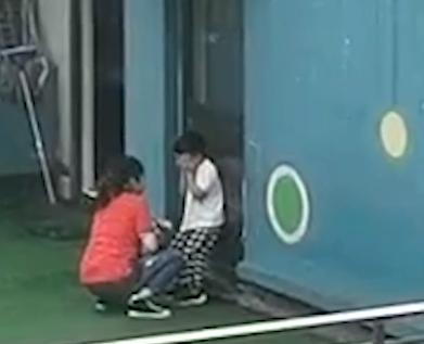 合肥富阳区一幼儿园老师在天台打孩子
