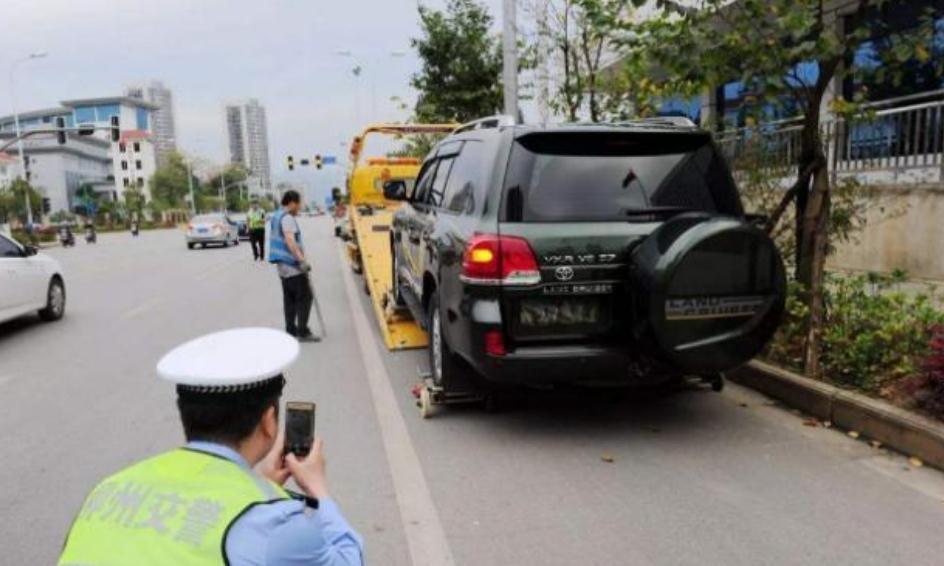 丰田违章停车,交警刚要上前贴罚单,看见车牌却不敢贴了