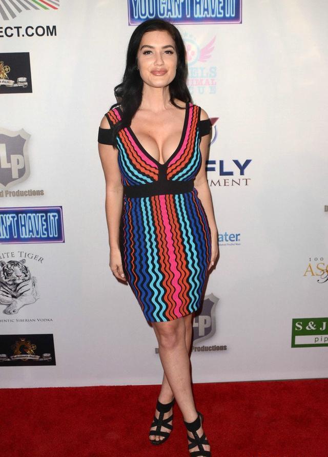 拉娜·佩里走红毯,身着彩色连衣裙,身材娇小迷人