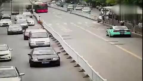江西跑车为避让违规掉头出租车 失控撞向行人致12伤