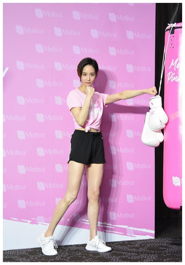 张钧甯新发型简短干练,穿粉色上衣搭短裤现身,各种手势秀身材