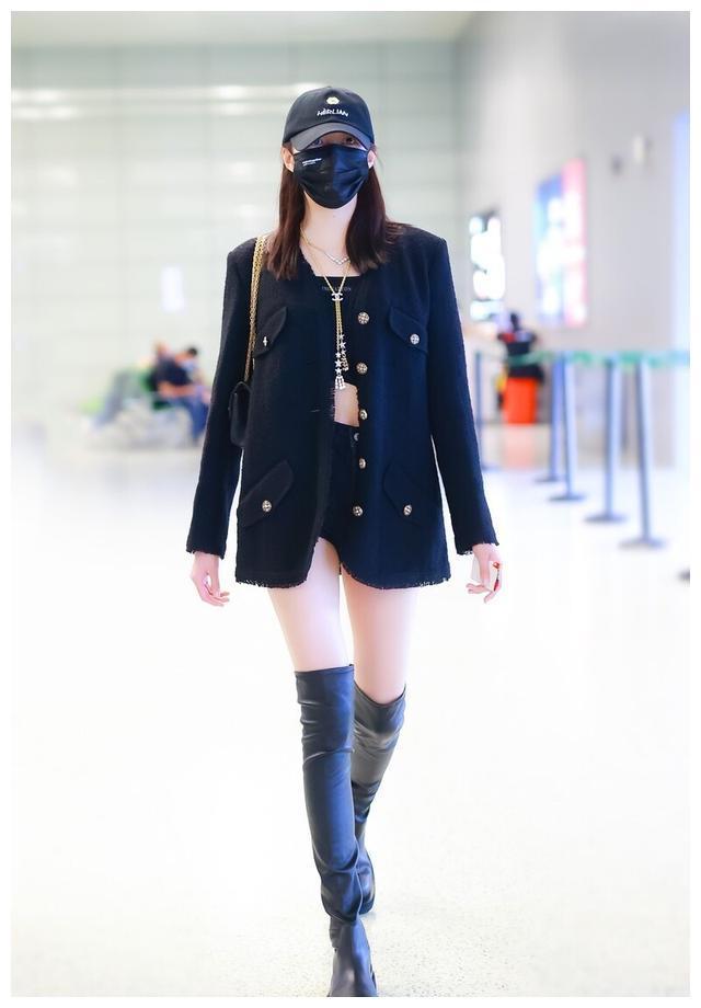 关晓彤穿黑色西装搭过膝长靴现身机场,网友:这腿是真实存在的吗