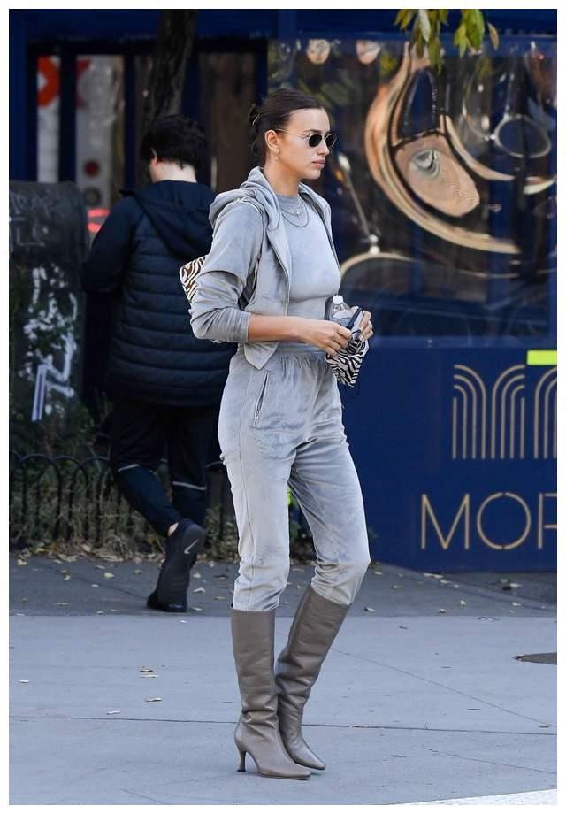 超模伊莉娜·莎伊克现身纽约街头,她有着迷人的韵味