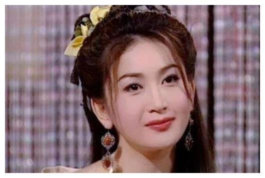 她17岁自愿演三级片,34岁嫁入豪门,19年不生子却仍被宠成公主!