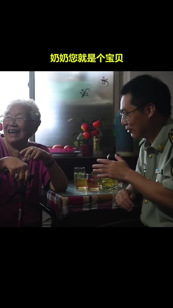 87岁老奶奶亲手缝制鞋垫送给驻地官兵,官兵回敬军礼向奶奶致谢!