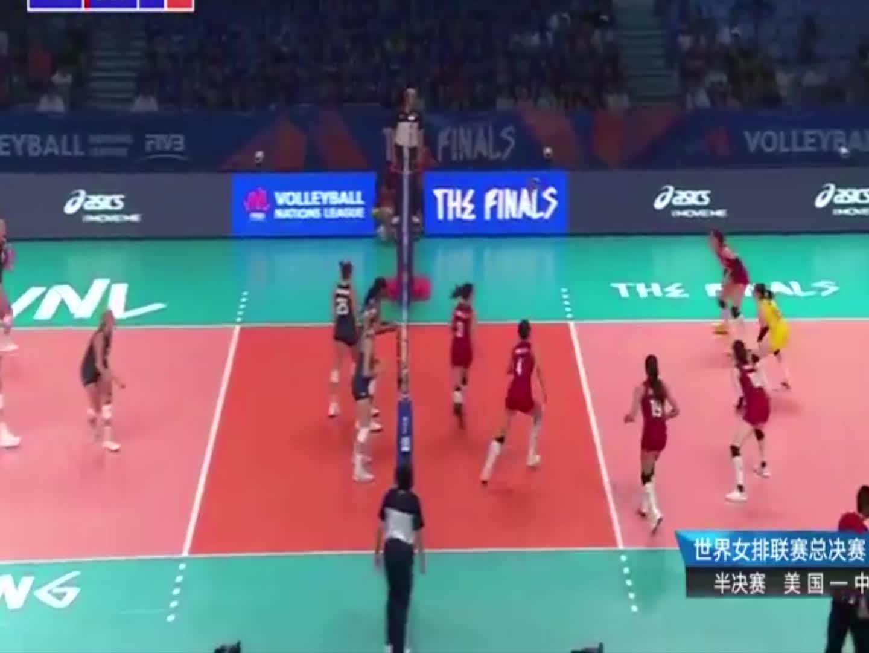 中国女排大比分落后,关键时刻杜清清替补龚翔宇上场连续发球得分