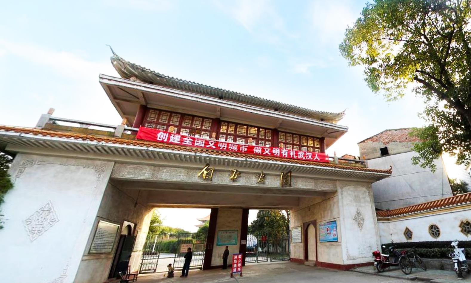 游览武汉城区小众公园:建在郊区僻静湖畔,老旧建筑尘封旧时光