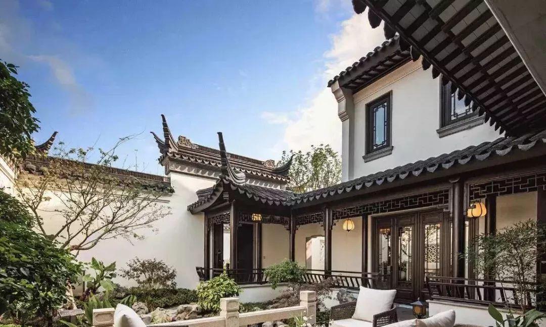 家里有个中式庭院,地面自然不能掉了档次,铺瓦片青石板就能美翻