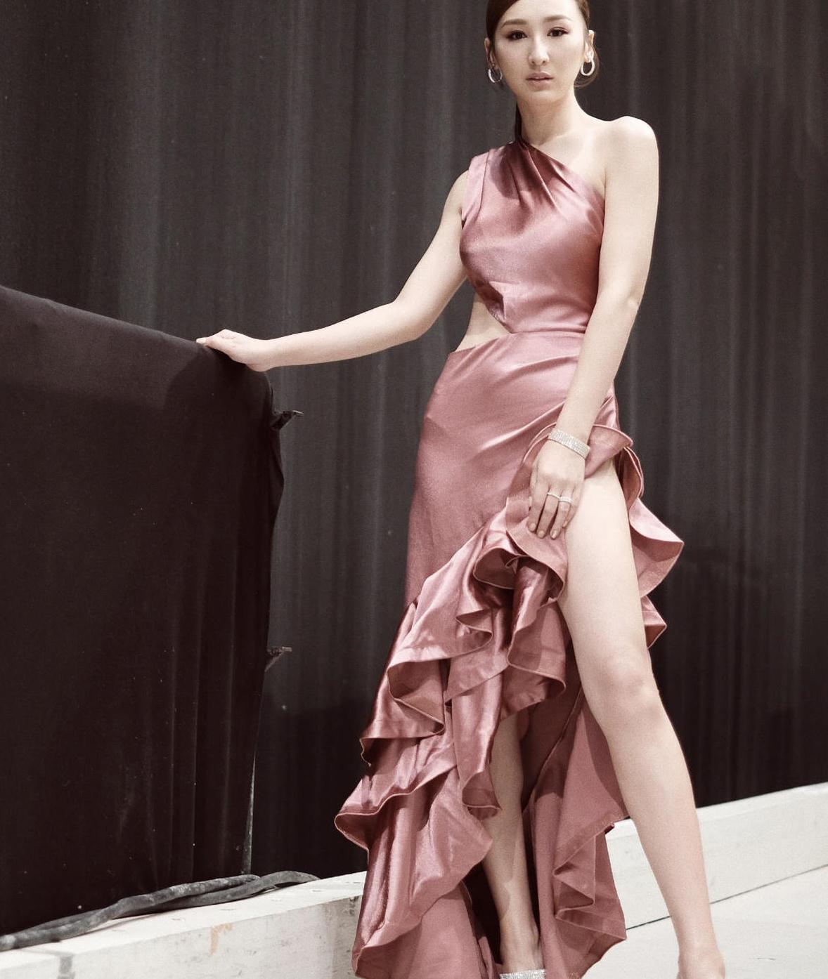 高海宁气质又升华了,穿粉色斜肩连衣裙扎马尾辫,摆拍到位太惊艳