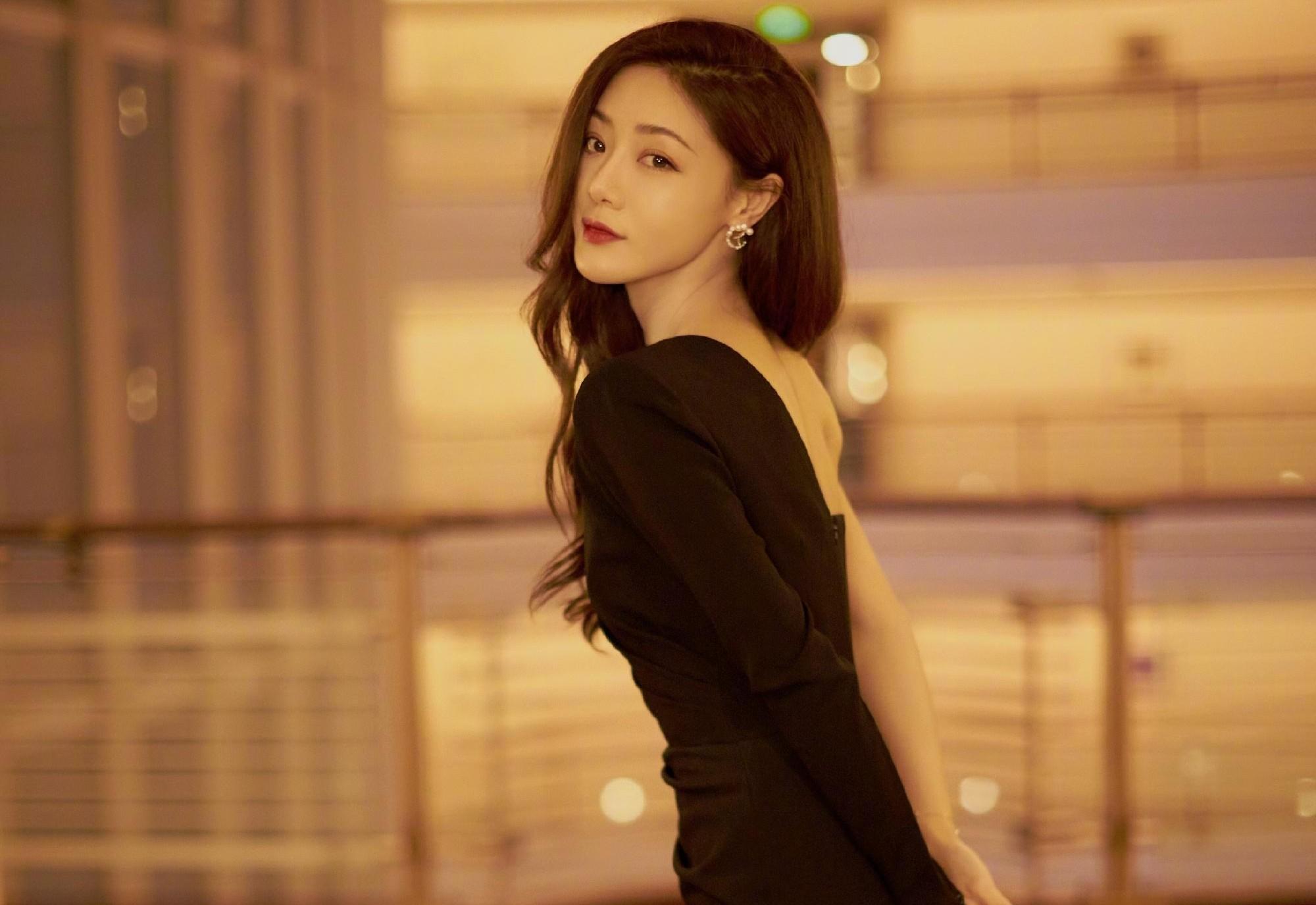 邓家佳化身气质女神,斜肩黑色鱼尾裙衬托好身材,时髦优雅又吸睛