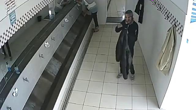 老人走进更衣室,居然反复脱掉外套,到底是因为什么?