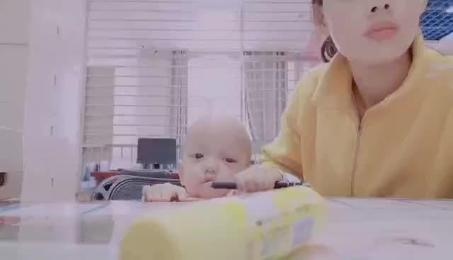 宝宝跟妈妈一起上班,看宝宝在做什么,比妈妈还忙