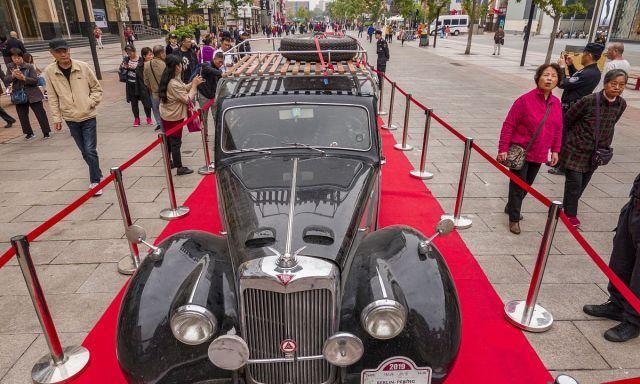 北京:新丝路老爷车拉力赛车队抵达王府井