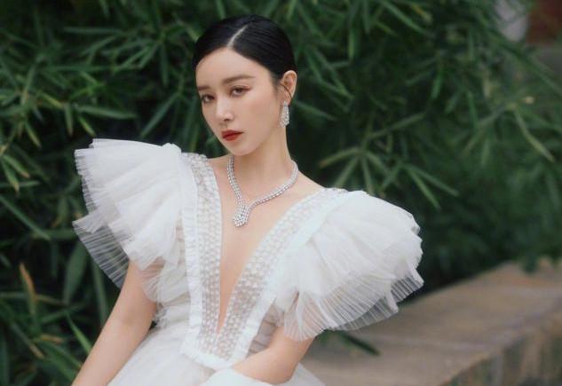 阚清子越来越会穿,一袭蝴蝶袖V领礼服裙,时尚感拿捏得恰到好处