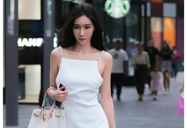 街拍:小姐姐气质好 一身白色连衣裙就像天女下凡 仙气十足