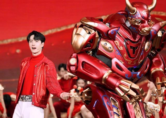 王一博献唱《青春恰时来》,央视元宵晚会,红色皮衣成亮点!