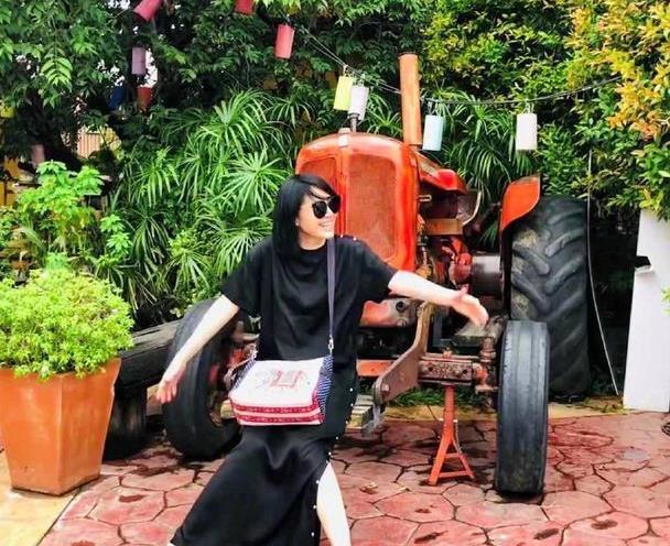 许晴国外度假真有少女心,穿黑色连衣裙配波波头,哪像51岁