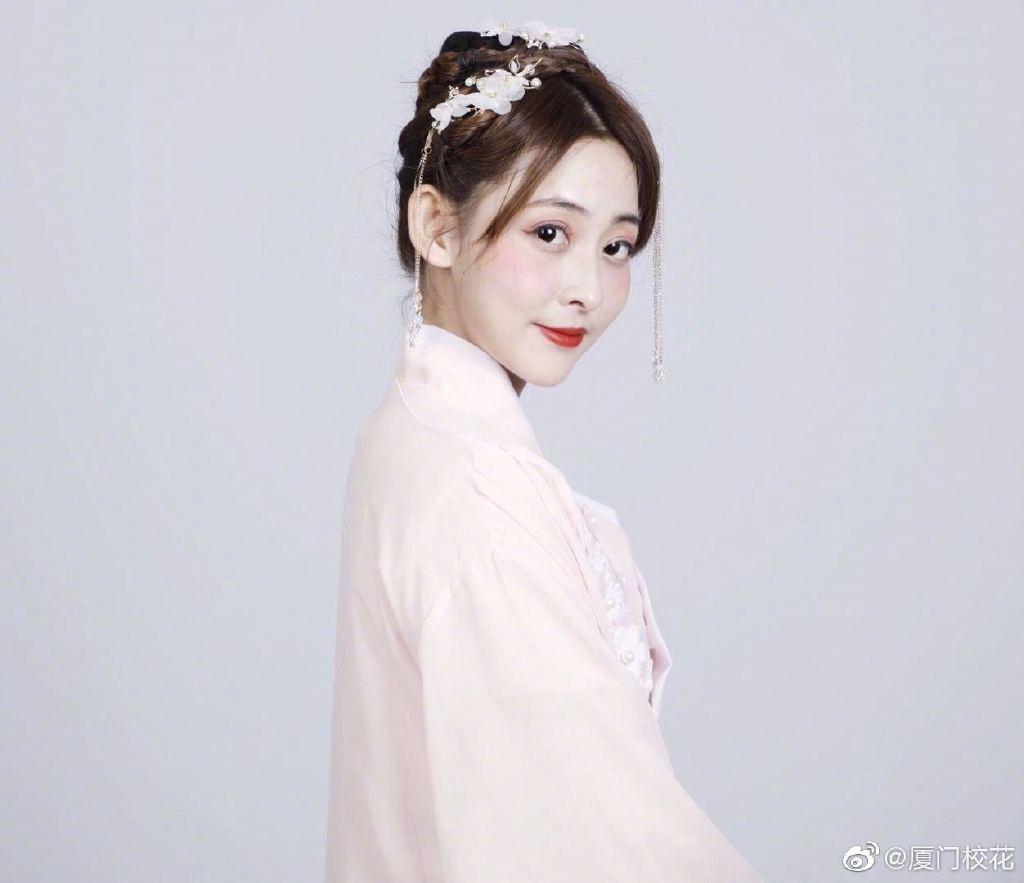 王诗雅,就读于深圳大学,身高165,爱好跳舞和旅游
