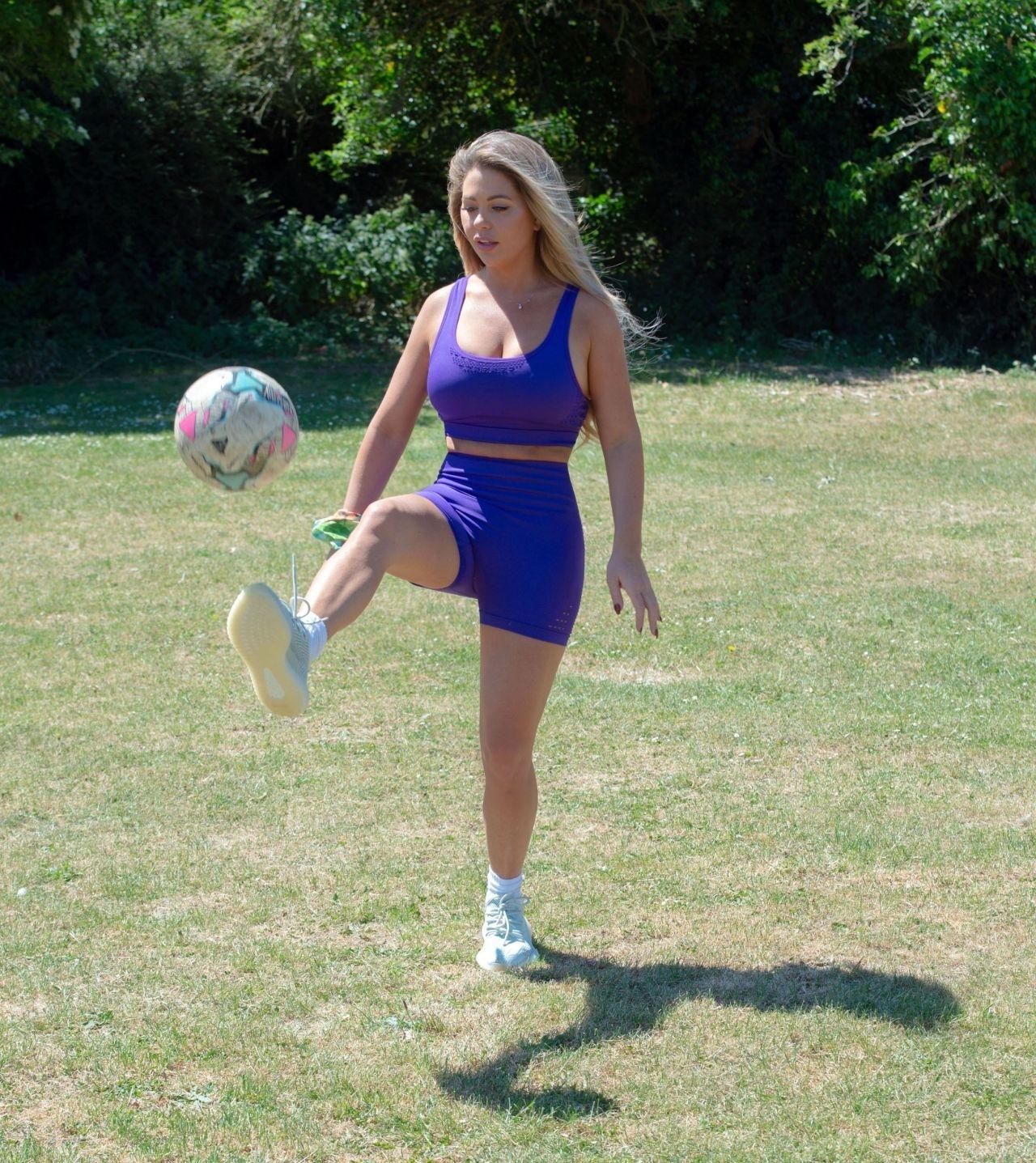 比安卡郊外踢球,运动背心配骑行裤,看上去球技不错