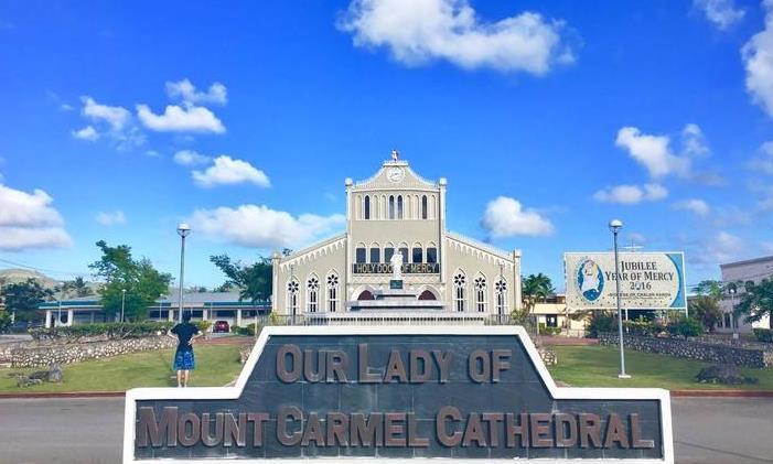 教堂为减少游客拍照,把蓝教堂刷成白教堂,本地人:求你们别来了