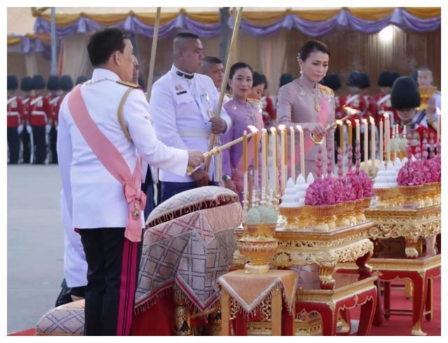 泰国后宫争宠续集又来了!苏提达最大劲敌再露面,穿粉色又仙又嫩
