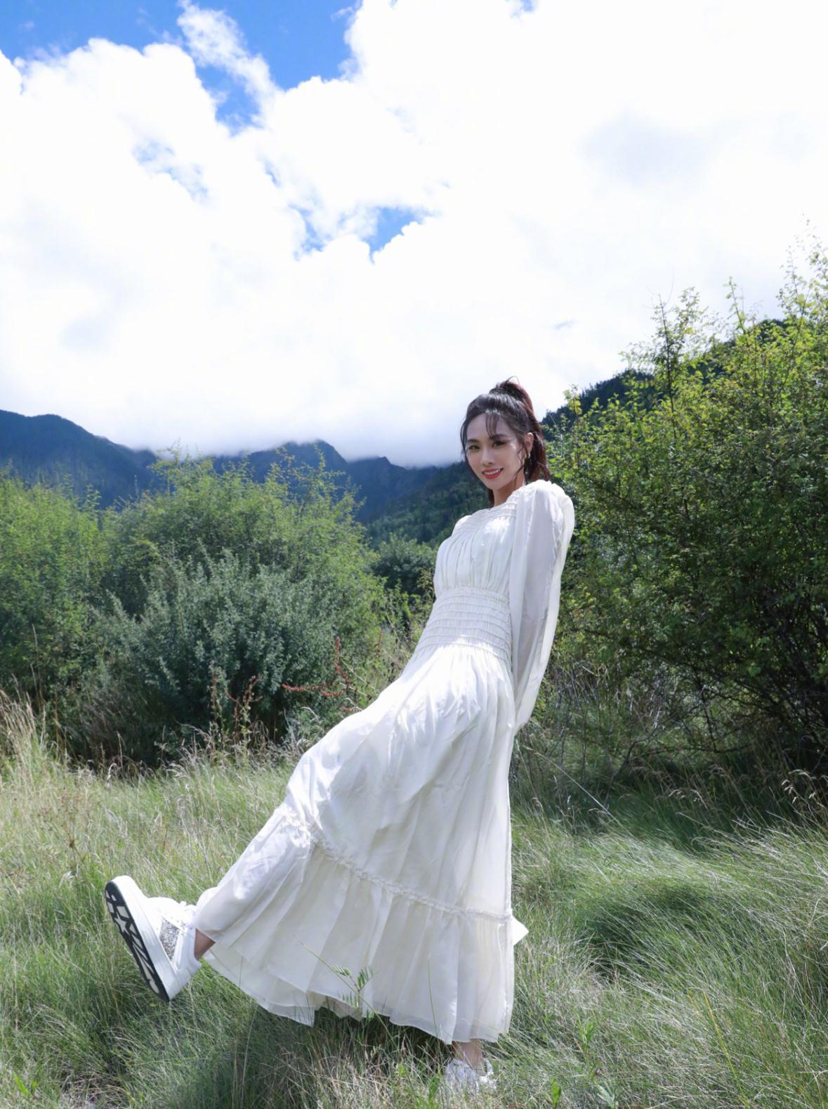 王霏霏衣品很在线,身穿白色连衣裙配高马尾,既舒适又不乏时尚感
