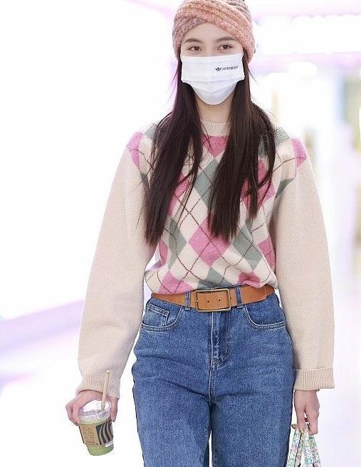 宋妍霏还是会穿,格子毛衣搭配休闲牛仔裤,身材还是那么高挑