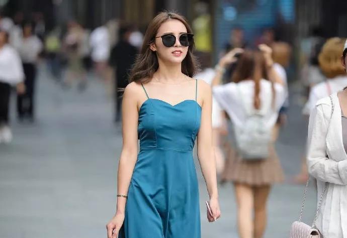 街拍:高跟鞋气质穿搭,展现出女性身上魅力气质