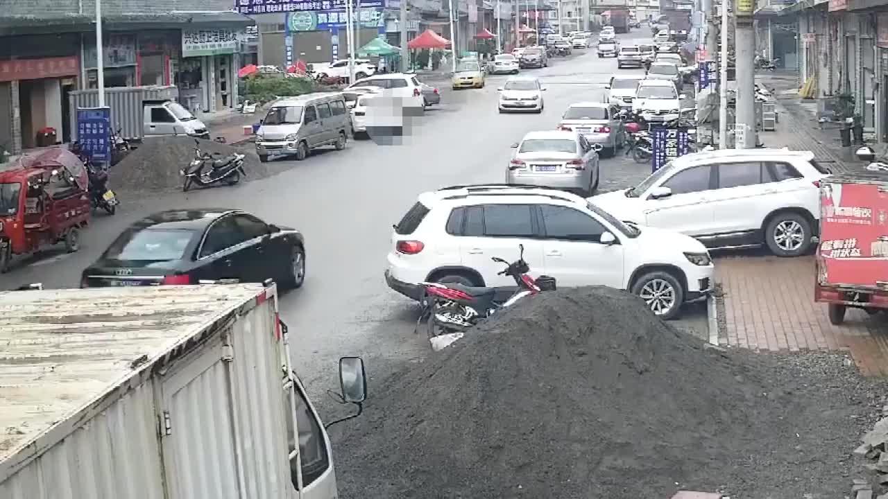 惊险一幕!监控实拍:小孩飞奔横过马路未观察 被出租车撞飞碾压