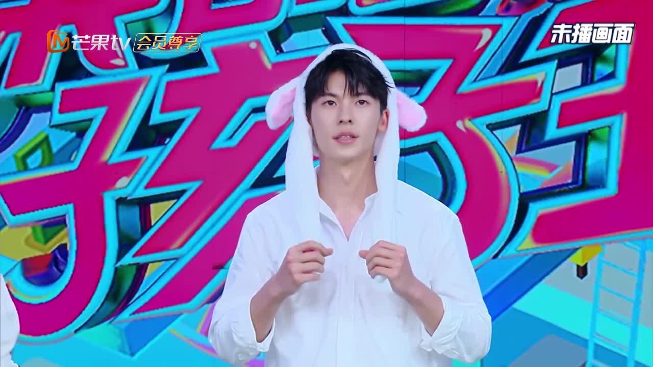 快本:许光汉玩兔子网红帽,帅气又可爱,女粉丝直呼:受不了!