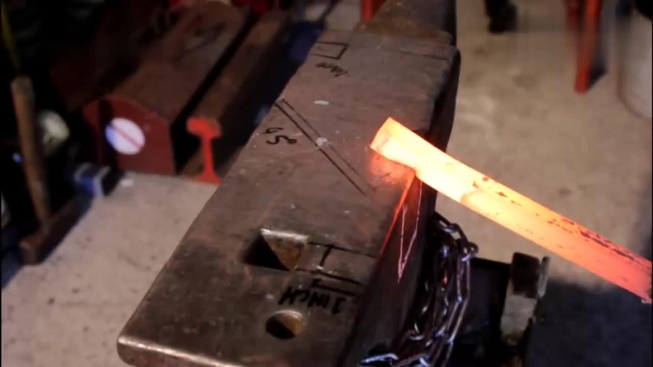 老铁匠用一根铁棒手工打造工具,看看,这才是真正的技术活!