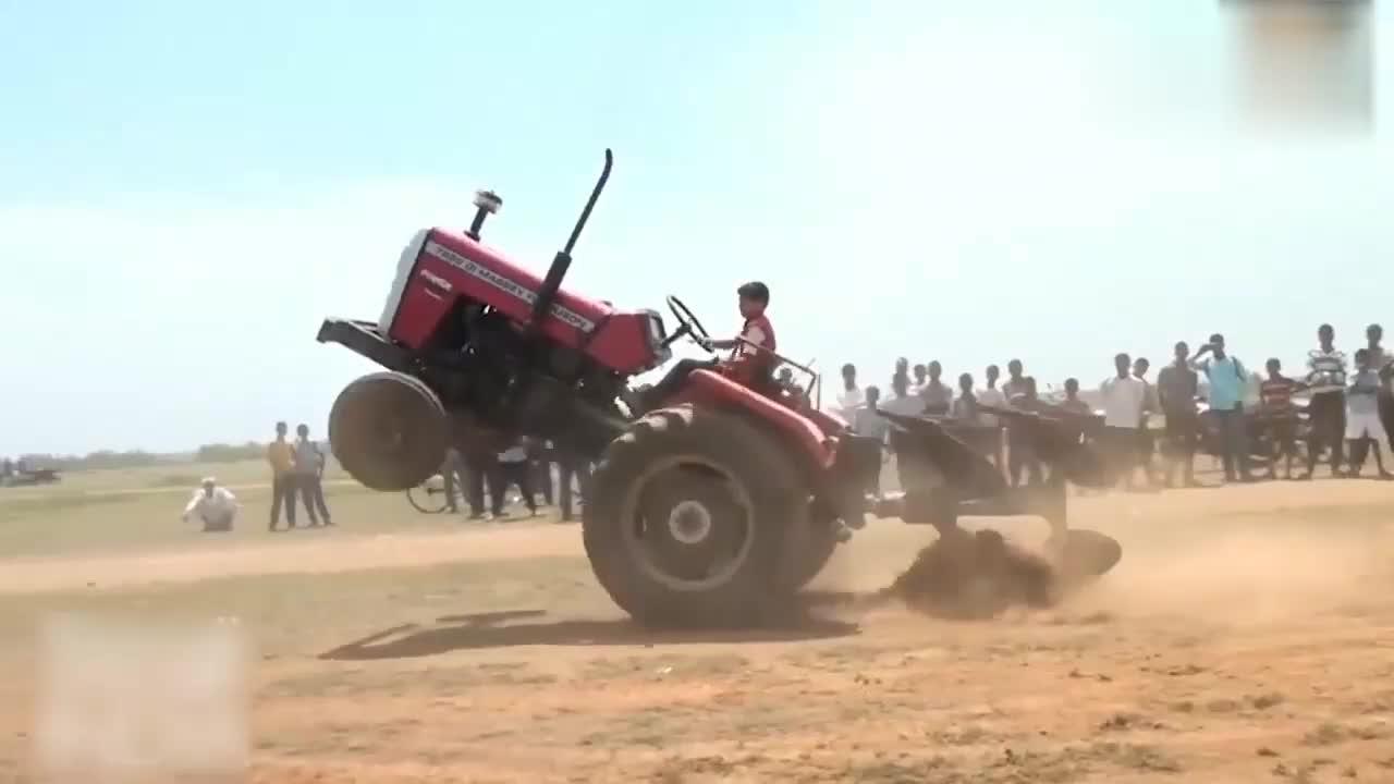 印度十岁小牛人开拖拉机秀绝技,太疯狂了!