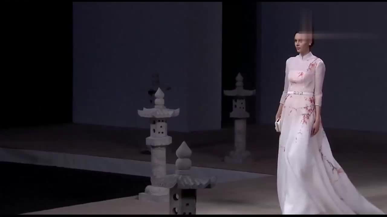 美女模特走秀,洁白的纱裙上梅花朵朵,太好看了