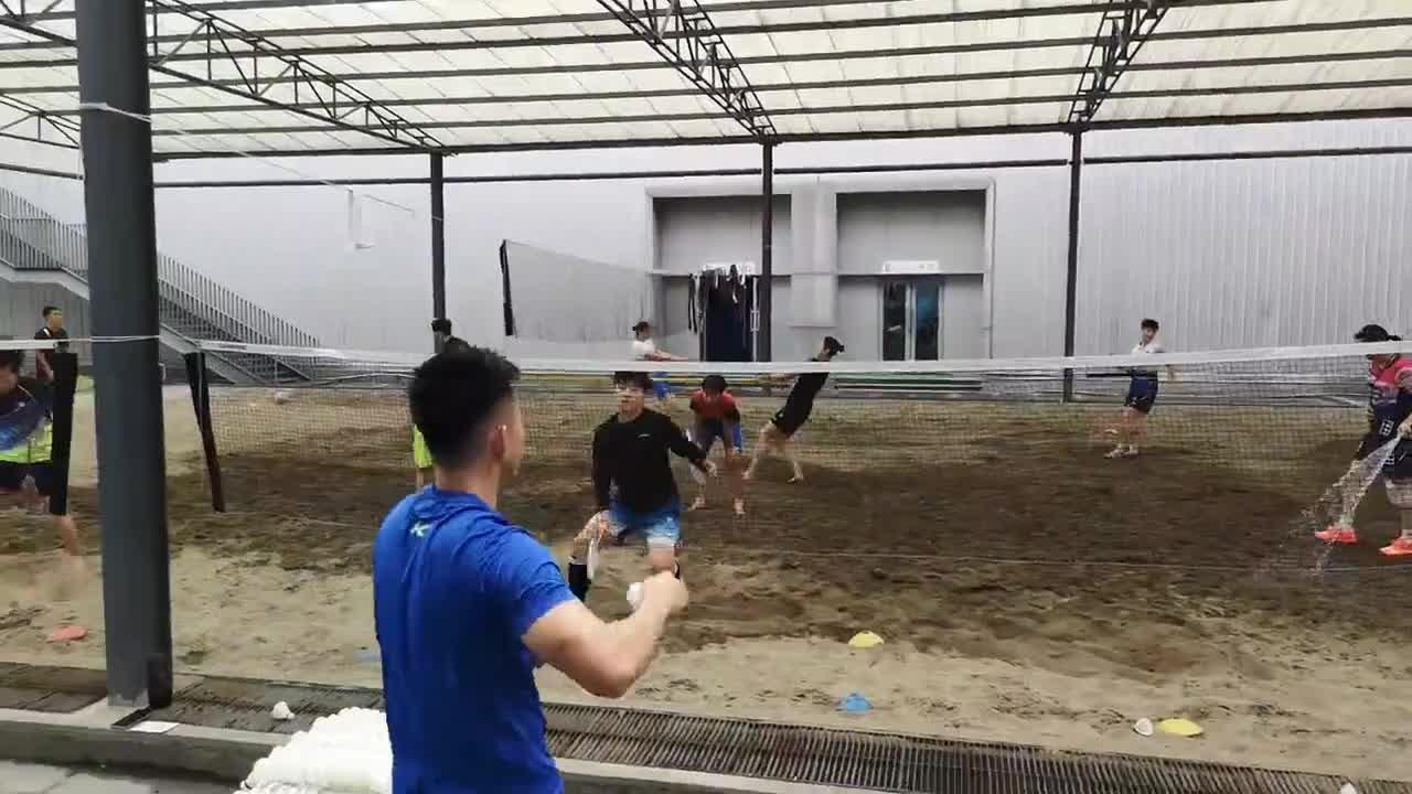 羽毛球:前有认真积极训练的李茵晖 后有浇水安静路过的贾一凡