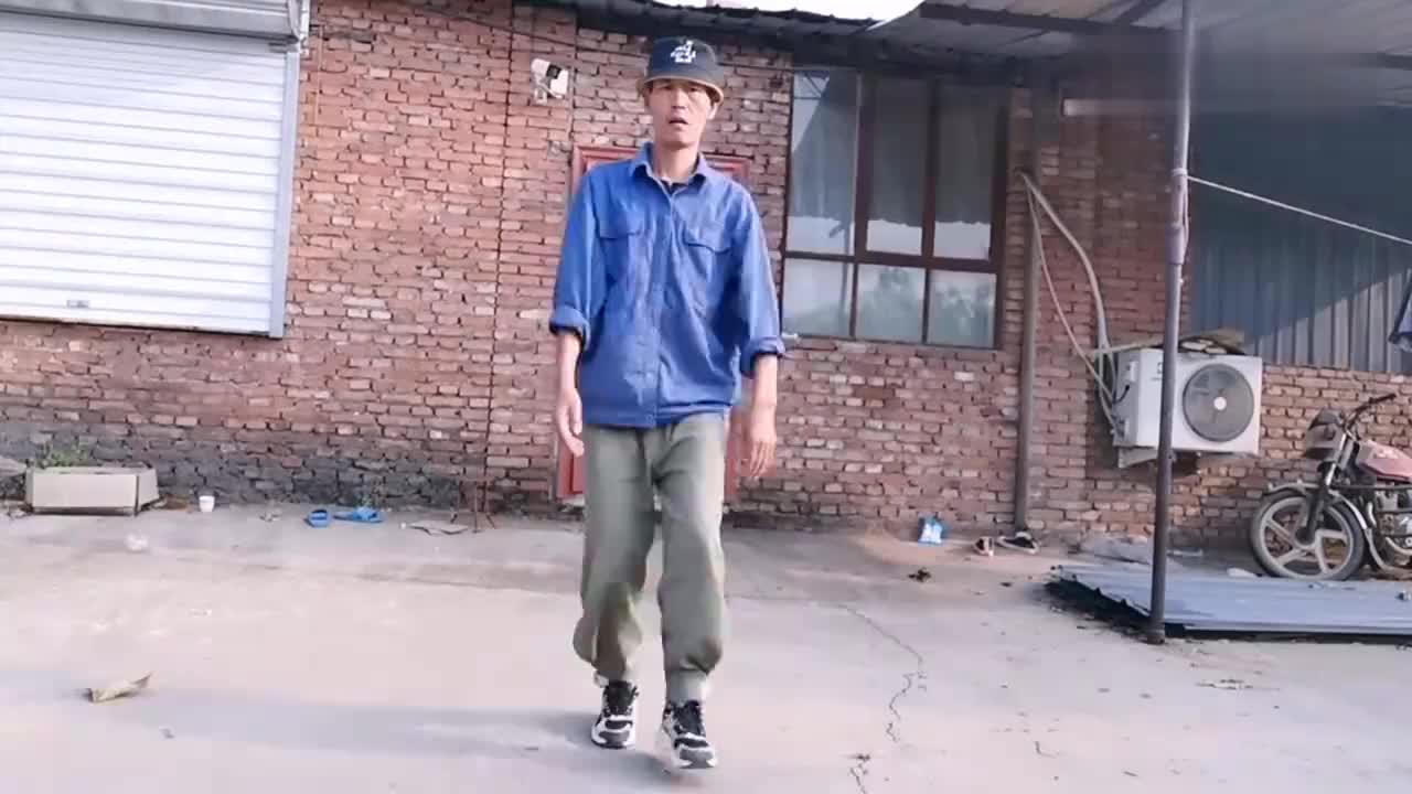 农村大叔院里跳霹雳舞,仿佛找到了年轻的感觉