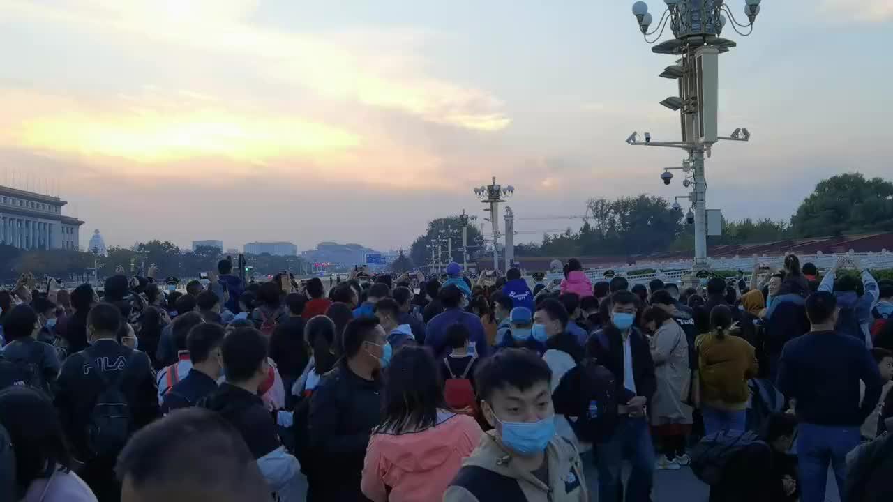 10月24号天安门广场降旗仪式场面太震撼了