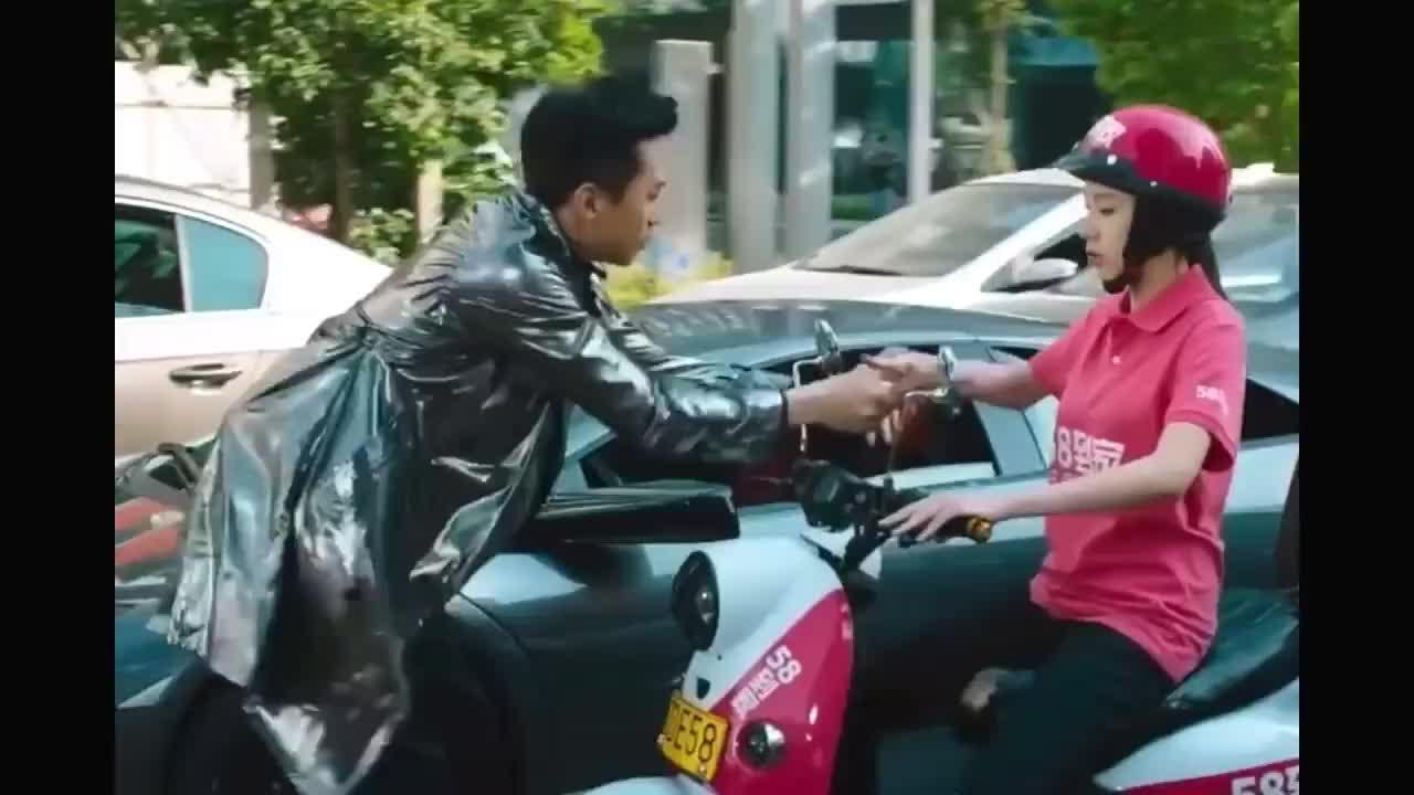 你们猜骑摩托车的美女把邓超当作什么