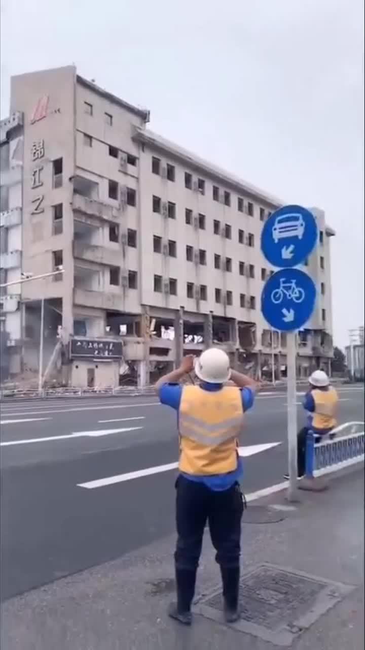 楼房拆迁工作,老板亲临现场,只为预防工人磨洋工!